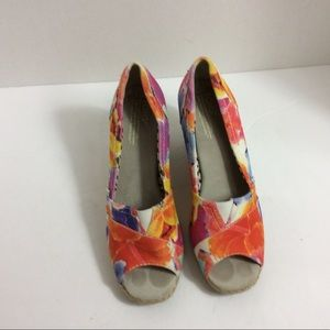 Toms size 7.5 wedges floral print pep hole